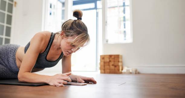 Im Anschluss an ein Yoga-Tutorial online – Foto