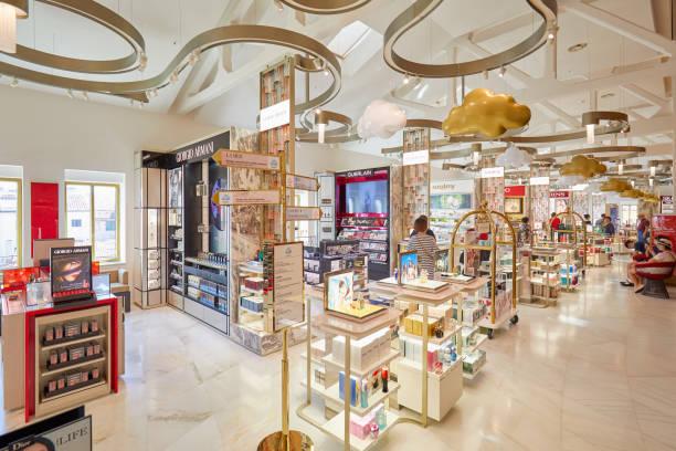 商館・ デイ ・ テデスキ、高級百貨店インテリア、化粧品、香水エリア ベニスの人々 と - ブランド名 ストックフォトと画像