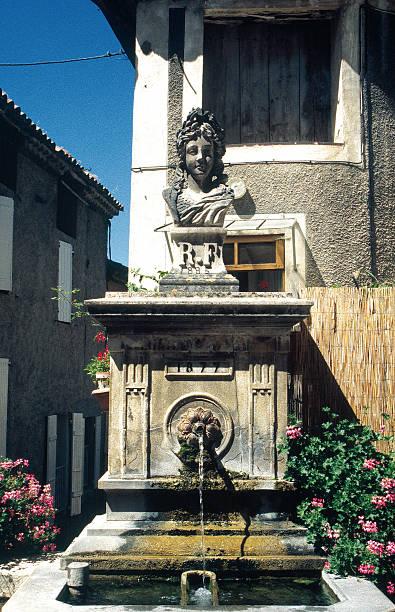 fontaine de la république sur la place blanche de cour à mollans, drôme - république photos et images de collection