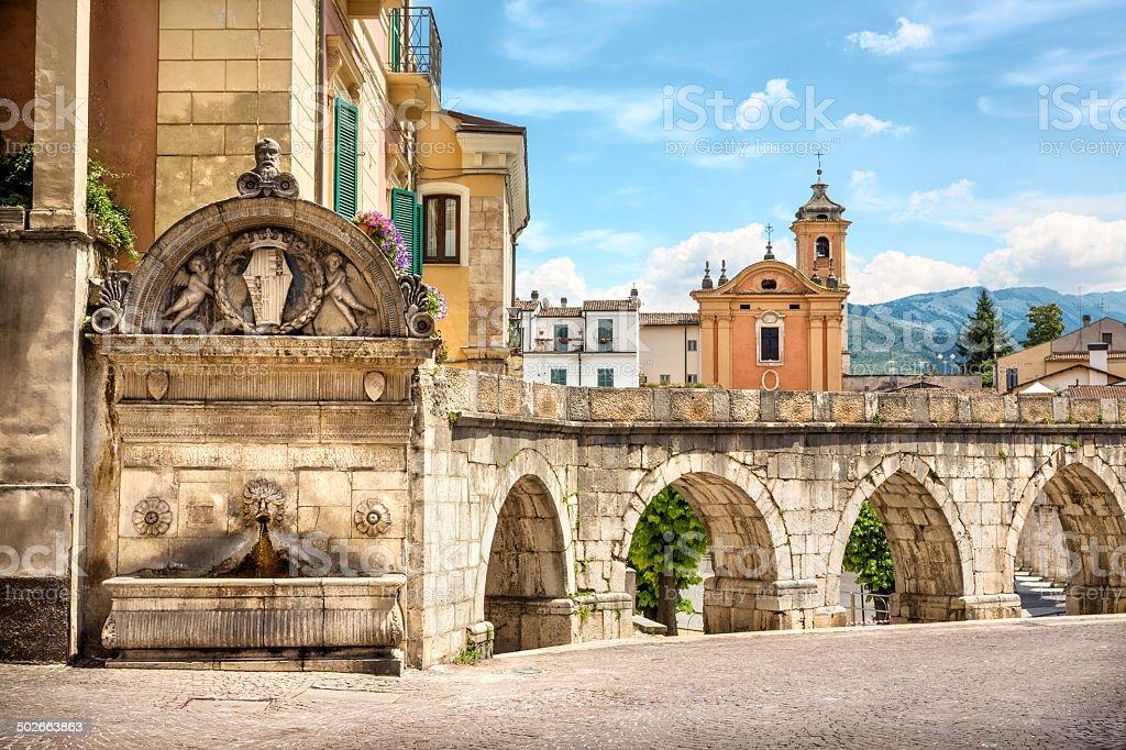 Fontana del Vecchio i gotycki Akwedukt w Sulmona, Abruzja Włochy – zdjęcie