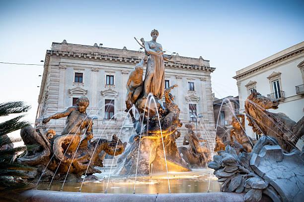 Fontana di Diana cacciatrice, Siracusa Ortygia - Sicily Italy Fontana di Diana cacciatrice in Piazza Archimede, Siracusa Ortigia - Sicily Italy artemis stock pictures, royalty-free photos & images