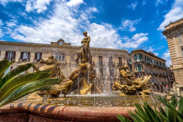 fontana di diana in piazza archimede, siracusa, sizilien, italien - syrakus stock-fotos und bilder