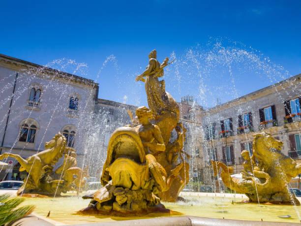 fontana di diana in piazza archimede, syrakus - syrakus stock-fotos und bilder