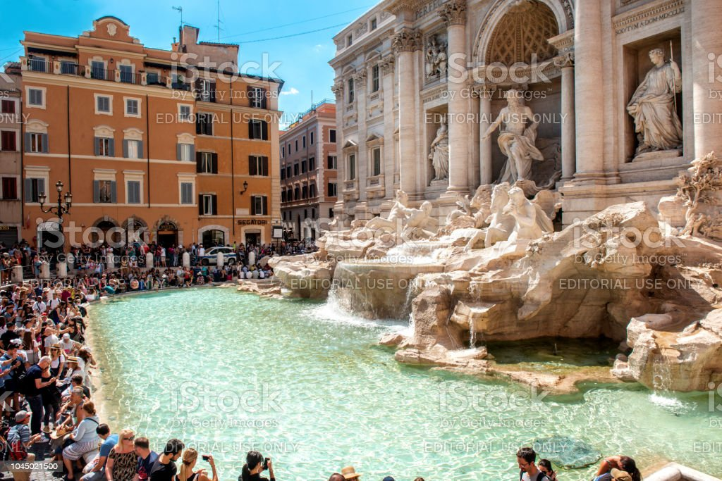 Fontana Di Trevi, durante o verão na cidade de Roma, Itália - foto de acervo