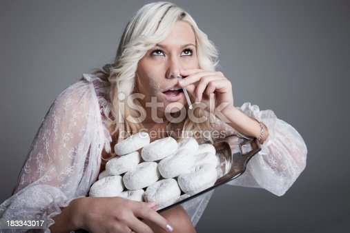 Photo a young woman under the influence of addictive powdered donuts.