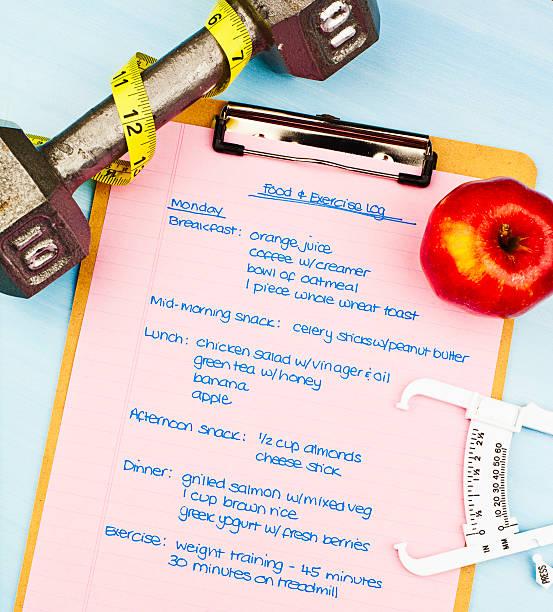 speisen und übung melden sie sich für einen gesunden lebensstil - trainingstagebuch stock-fotos und bilder