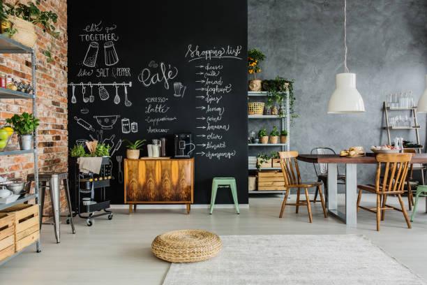 lebensmittel und kräuter in der küche - küche rustikal gestalten stock-fotos und bilder