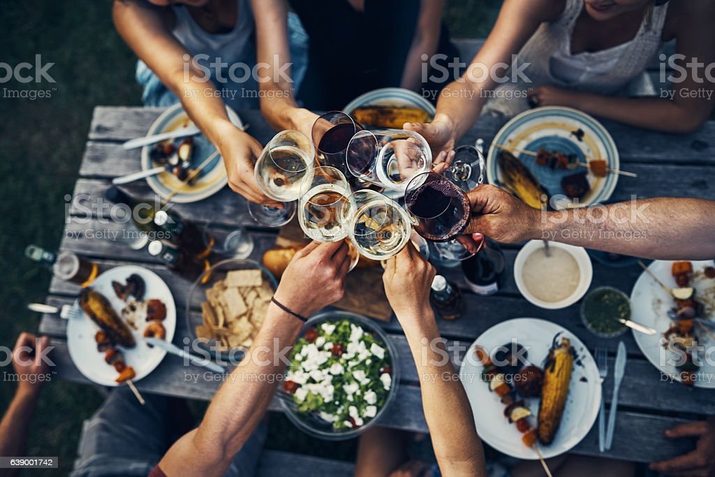 Food and wine brings people together - foto de acervo