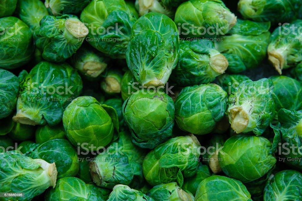 Fondo de alimentos - coles de Bruselas frescos - foto de stock