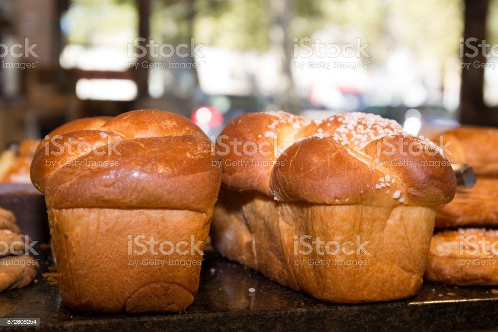 contexte alimentaire: douce brioche sucrée pour le petit déjeuner. Gros plan. - Photo