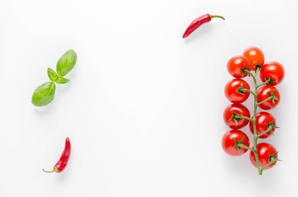 Essen Hintergrund mit Tomaten, Chili und Basilik auf weißem Hintergrund – Foto