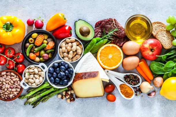 Lebensmittelhintergründe: große Auswahl an Speisen auf grauem Tisch – Foto