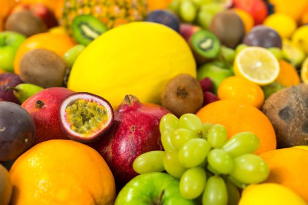 essen-hintergründe - viele verschiedene bunte früchte - melonenbirne stock-fotos und bilder