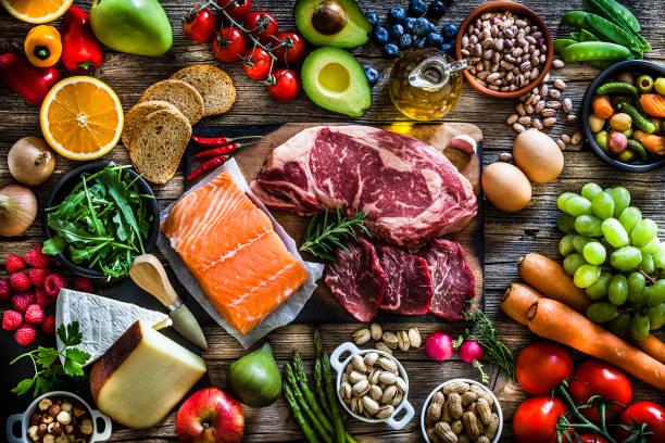 pochodzenie żywności: stół wypełniony dużą różnorodnością żywności - duża grupa obiektów zdjęcia i obrazy z banku zdjęć