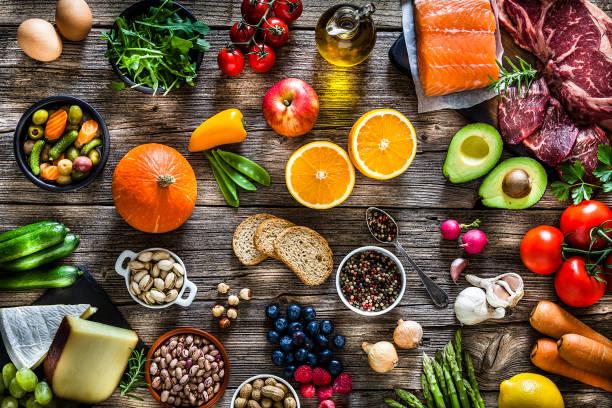 voedsel achtergronden: tafel gevuld met grote verscheidenheid van voedsel - ingrediënt stockfoto's en -beelden
