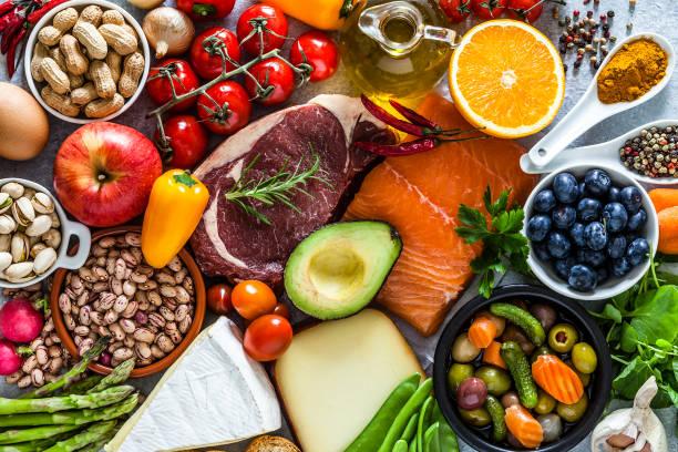 Lebensmittel-Hintergründe: Tisch gefüllt mit einer großen Auswahl an Lebensmitteln – Foto