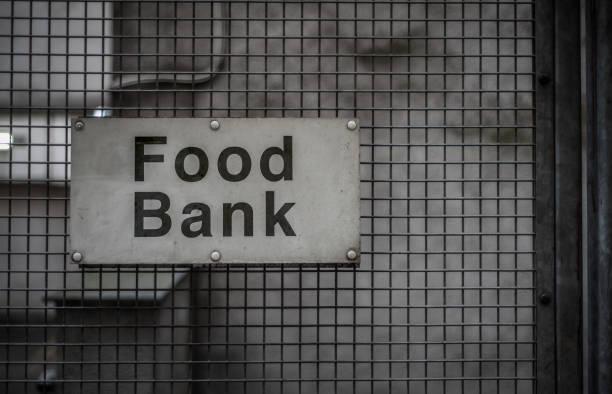 lebensmittelbank zeichen - britische politik stock-fotos und bilder