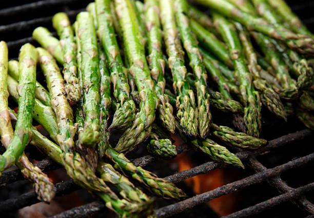 jedzenie bbq grillowany szparag - grillowany zdjęcia i obrazy z banku zdjęć