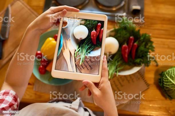 Food blogger focused on work picture id886649650?b=1&k=6&m=886649650&s=612x612&h=yztrngbwtmvjoqshjlth2sotewv eg7xdvjypr3ltnw=