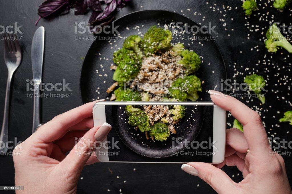Food-Bloggerin machen Foto von Gemüse-Salat. – Foto
