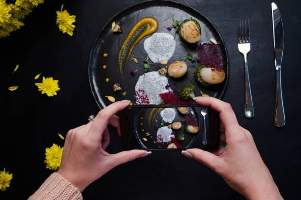 food-blogger-molekulare küche außergewöhnliche - kochkunst stock-fotos und bilder