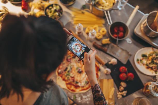 food-bloggerin fotografieren essen - tattoo maker online stock-fotos und bilder
