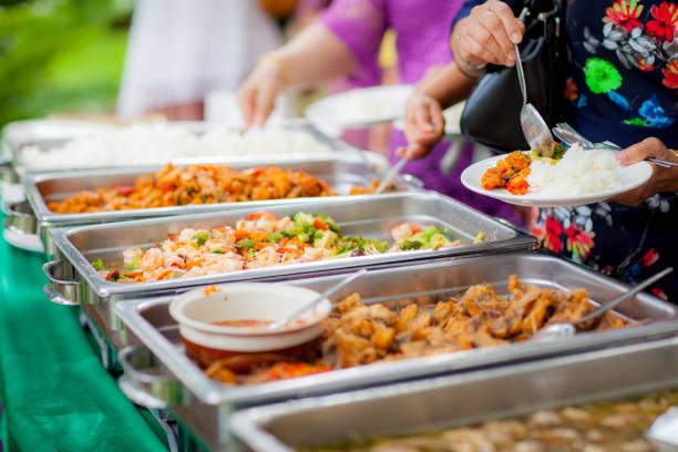 buffet catering essen essen party teilen concept.people lebensmittelgruppe catering buffet essen indoor in luxus-restaurant mit fleisch bunten obst und gemüse - büfett stock-fotos und bilder