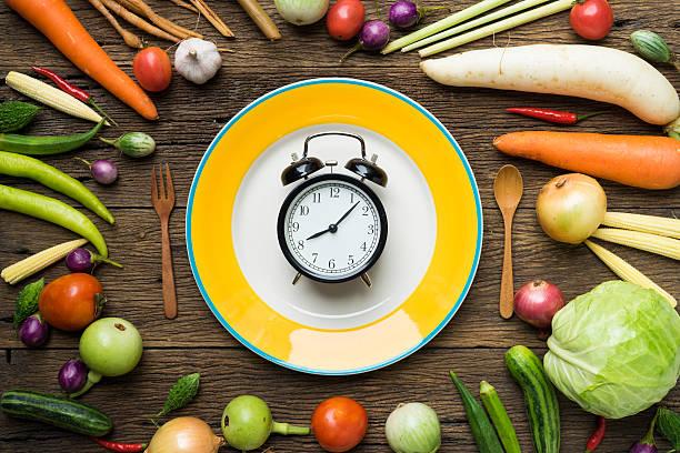 food uhr. gesundes essen konzept auf einem holztisch - uhrenshop stock-fotos und bilder