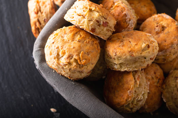matkoncept nybakat hemlagad smörig, salt skinka och ost scones på svart bakgrund - scone bildbanksfoton och bilder