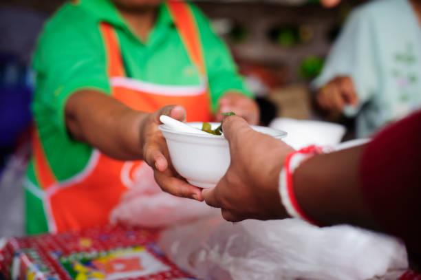 Ernährungskonzept der Hoffnung : Kostenloses Essen für arme und obdachlose Menschen spendet Lebensmittel für Lebensmittel weniger Menschen: Die Armen teilen Siche von der Kindergesellschaft, um Hunger zu lindern – Foto