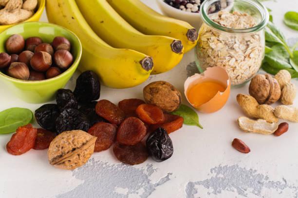 levensmiddelen die kalium bevatten - kalium stockfoto's en -beelden