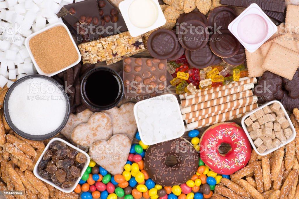 Voedingsmiddelen met suiker, bovenaanzicht. Teveel suiker in voeding veroorzaakt obesitas en diabetes. - Royalty-free Chocolade Stockfoto