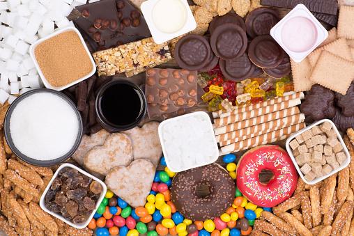 Voedingsmiddelen Met Suiker Bovenaanzicht Teveel Suiker In Voeding Veroorzaakt Obesitas En Diabetes Stockfoto en meer beelden van Chocolade