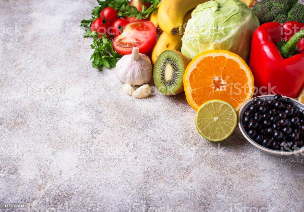 Food containing vitamin C. Healthy eating - Zbiór zdjęć royalty-free (Banan)