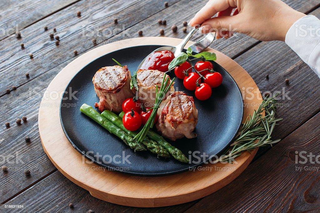 Piatti La Cucina Lo Chef Decorare Un Piatto Di Maiale - Fotografie ...