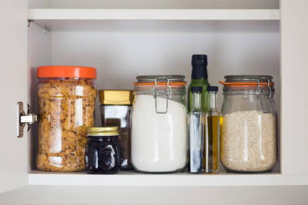 essen schrank, pantry mit gläser - schrank stock-fotos und bilder