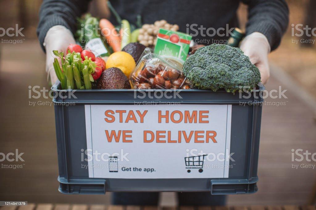 Food delivering - Foto stock royalty-free di Acquisti a domicilio