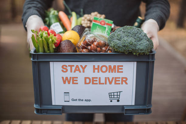 food delivering - food delivery imagens e fotografias de stock