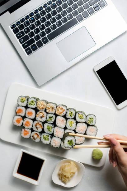 Lebensmittel Lieferung Business Smartphone Sushi Essen bestellen – Foto