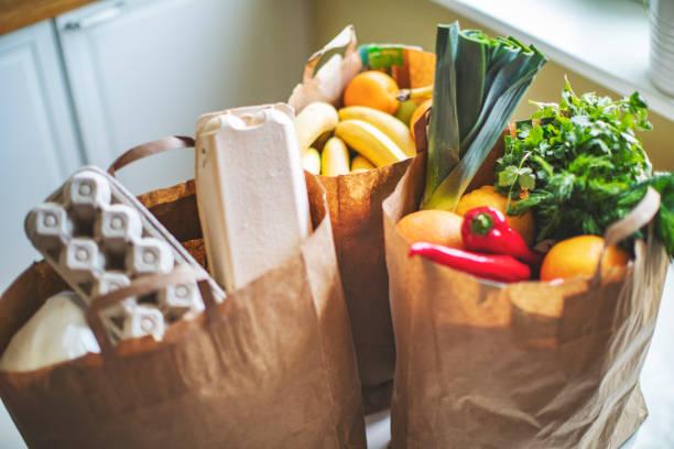 food delivery during quarantine - gêneros alimentícios imagens e fotografias de stock