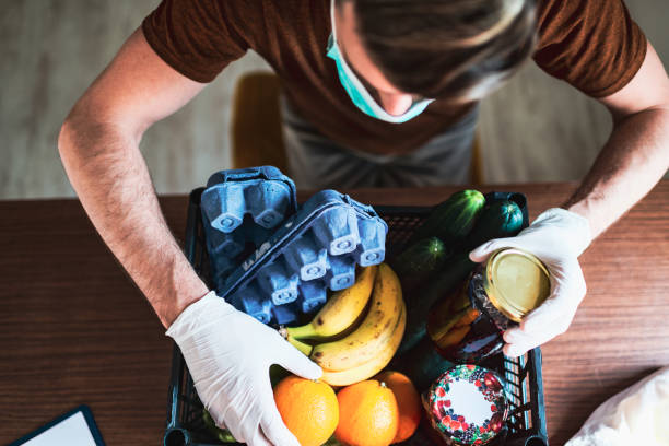 food delivery during quarantine - charity and relief work stock pictures, royalty-free photos & images