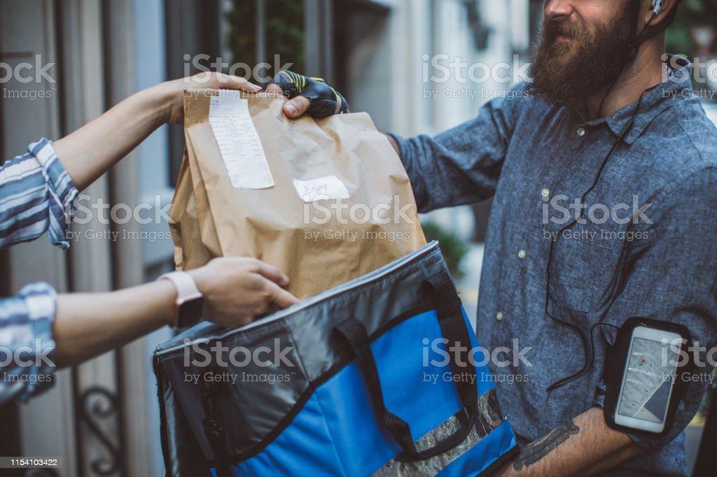 Food delivery - Zbiór zdjęć royalty-free (25-29 lat)
