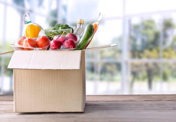 음식 배달 서비스: 텍스트에 대 한 빈 요리와 패키지 상자 홈 온라인 주문에 야채 배달. 에 나무 테이블 배경. (와 함께 클리핑 경로) 스톡 사진