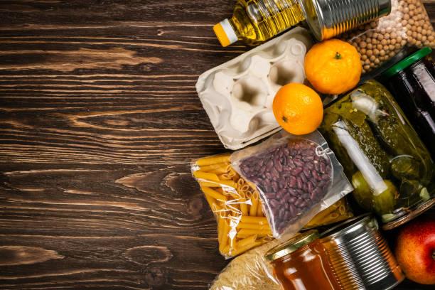 부엌 배경 상자에 식품 기부 - 통조림 식품 뉴스 사진 이미지