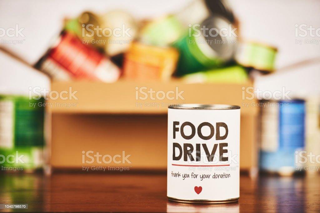 Lebensmittel-Laufwerk Dosen waren Sammlung mit gefüllten Karton – Foto