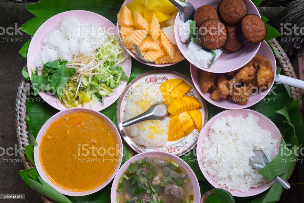 Alimentos para consagrar al monk en ceremonia de Tailandia en la armadura de cesta - Foto de stock de Alimento libre de derechos