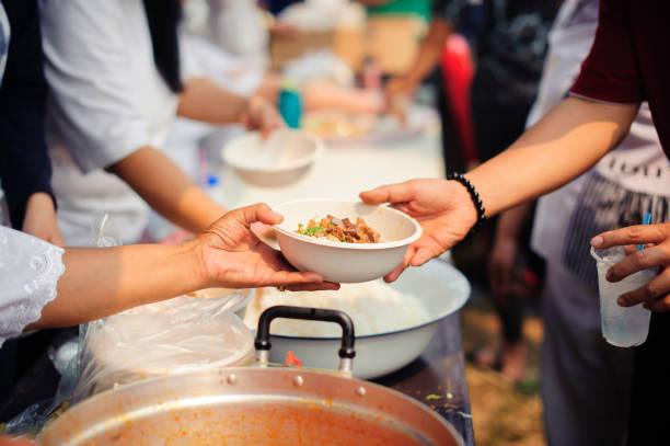 Nahrung für die arme Gesellschaft des Teilens: Einander in der Gesellschaft teilen – Foto