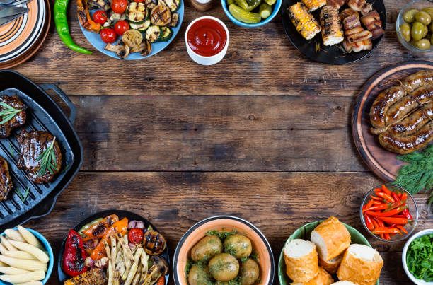 food frame and barbecue dishes. - top view, wood table, empty imagens e fotografias de stock