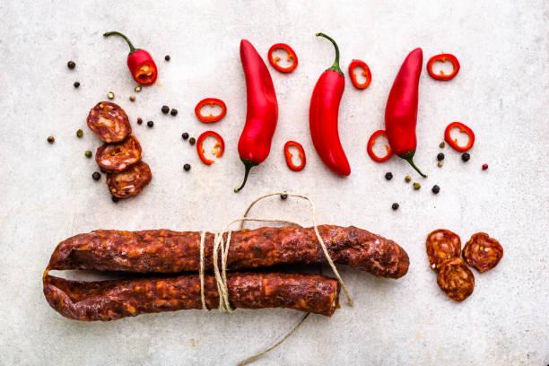 lebensmittel aus spanien, chorizo-wurst-scheiben oder salami peperoni, traditionellen spanischen tapas, overhead. - chorizo wurst stock-fotos und bilder