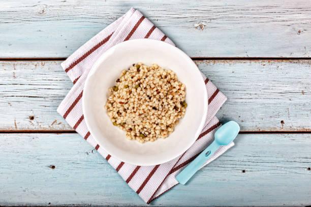 essen, gesund, brei, weizen, gerste, abendessen, verschiedene getreide trendige mittagessen. ansicht von oben. textfreiraum - griechischer couscous salat stock-fotos und bilder